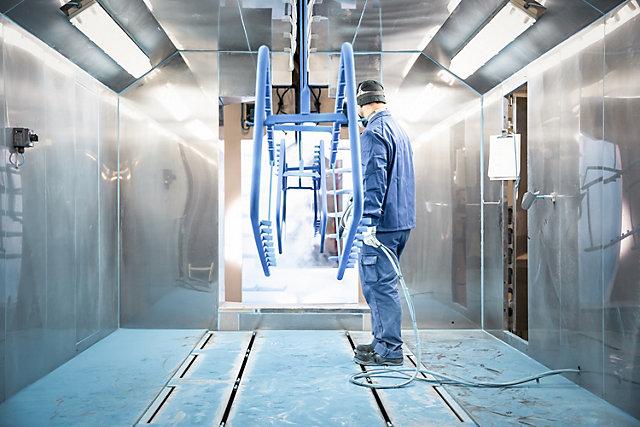 Proizvodi se praškasto lakiraju u plavoj boji