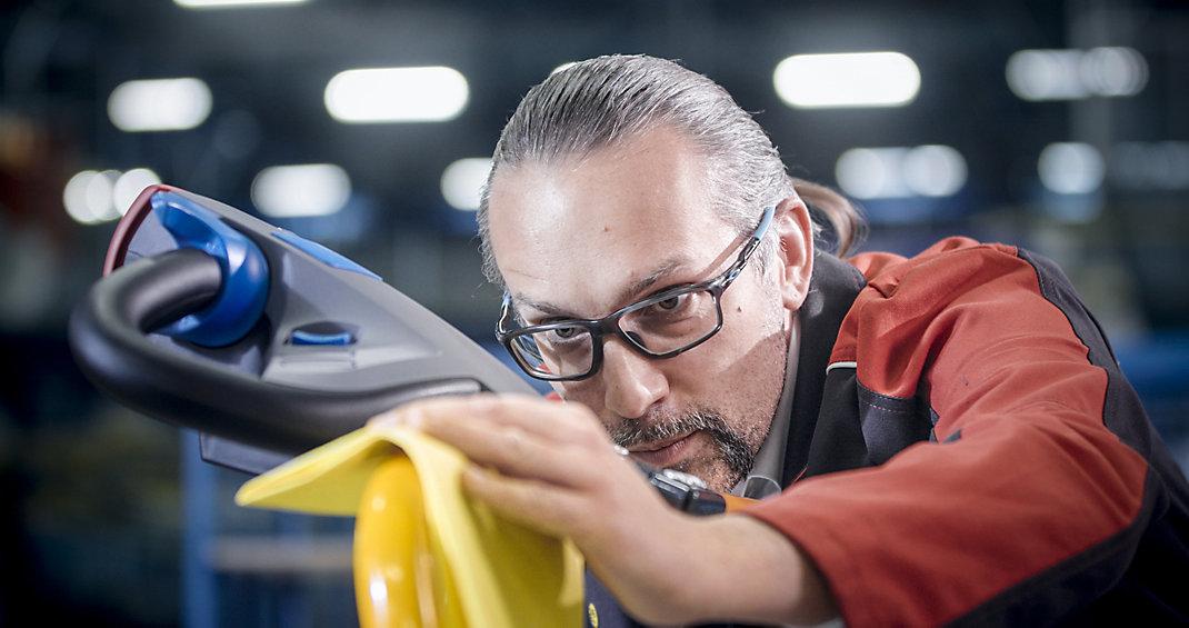 Angajat lustruiește produs fabricat intern