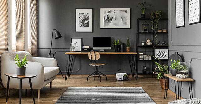 Home-Office mit Sofa, Schreibtisch und Pflanzen
