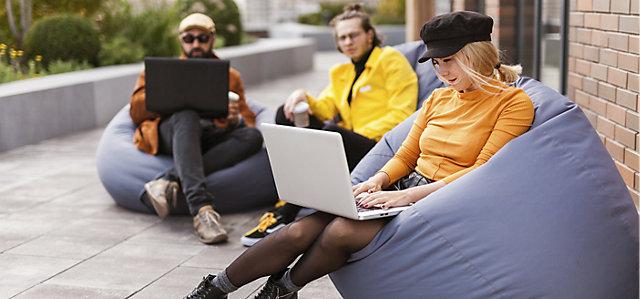 Mitarbeiter arbeiten im Freien zusammen