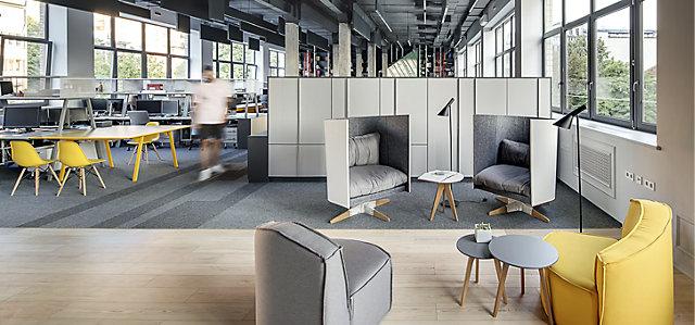 Großraumbüro mit Arbeitstischgruppe und Sessellounge