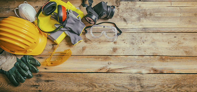 Sisak, kesztyű és védőszemüveg fadeszkán