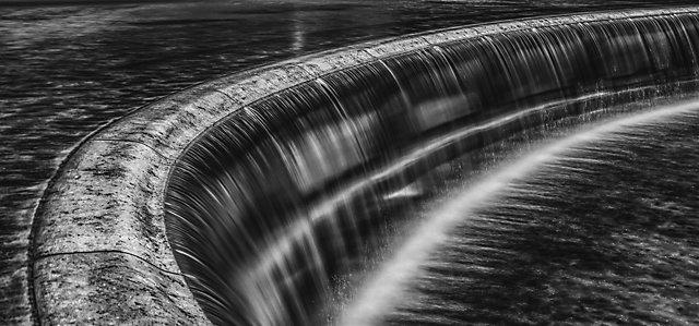 Rijeka koja prelazi u vodopad