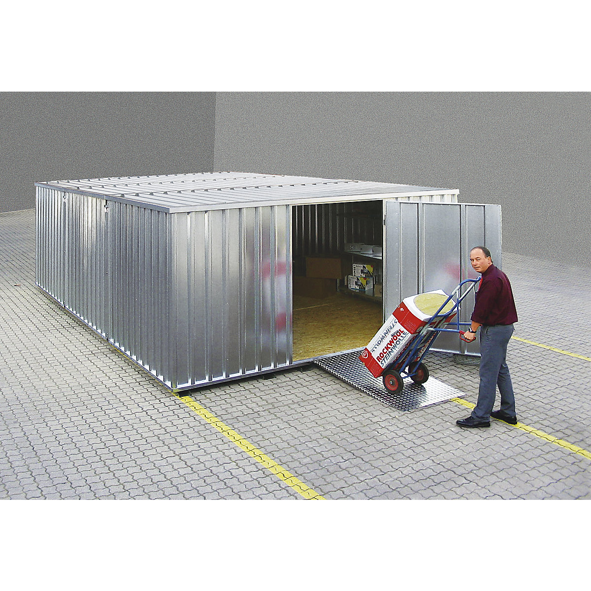 Container with ramp made of non-slip aluminium sheeting